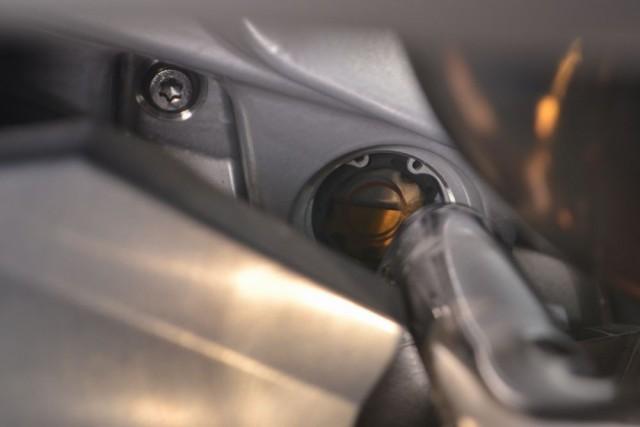 R1200RT LC オイルレベルの窓をチェックしながら少しずつオイルを足していきます