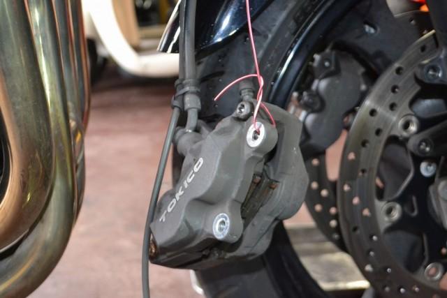 バンディット1250S外したキャリパーのホースにストレスが掛からないように吊るします