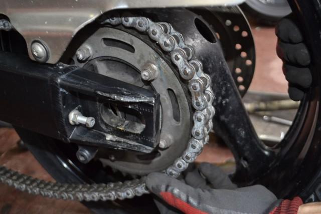 バンディット1250Sドライブチェーンをリアスプロケットにかけます