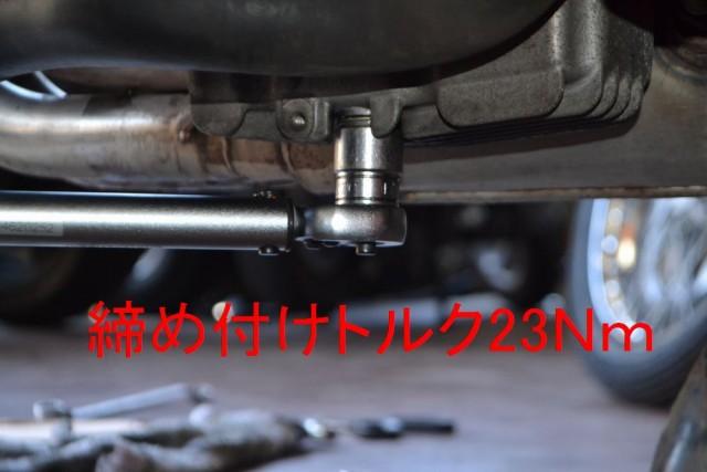 ドレンボルトを17mmトルクレンチで23N/Mで締め付けます