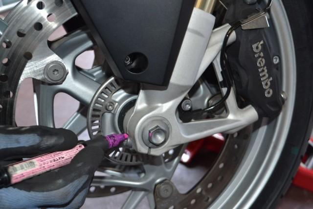 BMW R1200RT LC締め忘れがないように各部をマーカーペンでチェックします