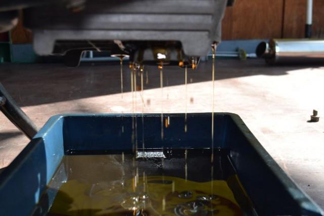 ホンダ VTR250オイルフィルターを外す画像